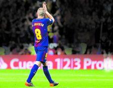 Andrés Iniesta, aplaude a los aficionados al ser sustituido durante el encuentro correspondiente a la final de la Copa del Rey. (Foto Prensa Libre: Hemeroteca PL)