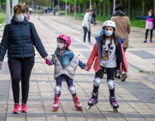 Después de semanas de estar confinados, los niños y adolescentes pudieron salir este domingo, acompañados de sus padres. (Foto Prensa Libre. EFE)