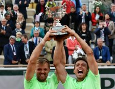Kevin Krawietz y Andreas Mies celebran cuando conquistaron el Roland Garros. (Foto Prensa LIbre: AFP)