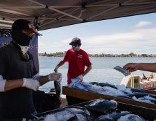 Pequeñas y medianas empresas en California han tenido que cerrar por la pandemia del coronavirus y cientos de migrantes han quedado sin ingresos. (Foto Prensa Libre: AFP)