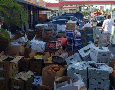 Voluntarios ayudan a preparar las entregas de alimentos, entre estos, verduras, carnes, frutas y embutidos. (Foto Prensa Libre: Cortesía)