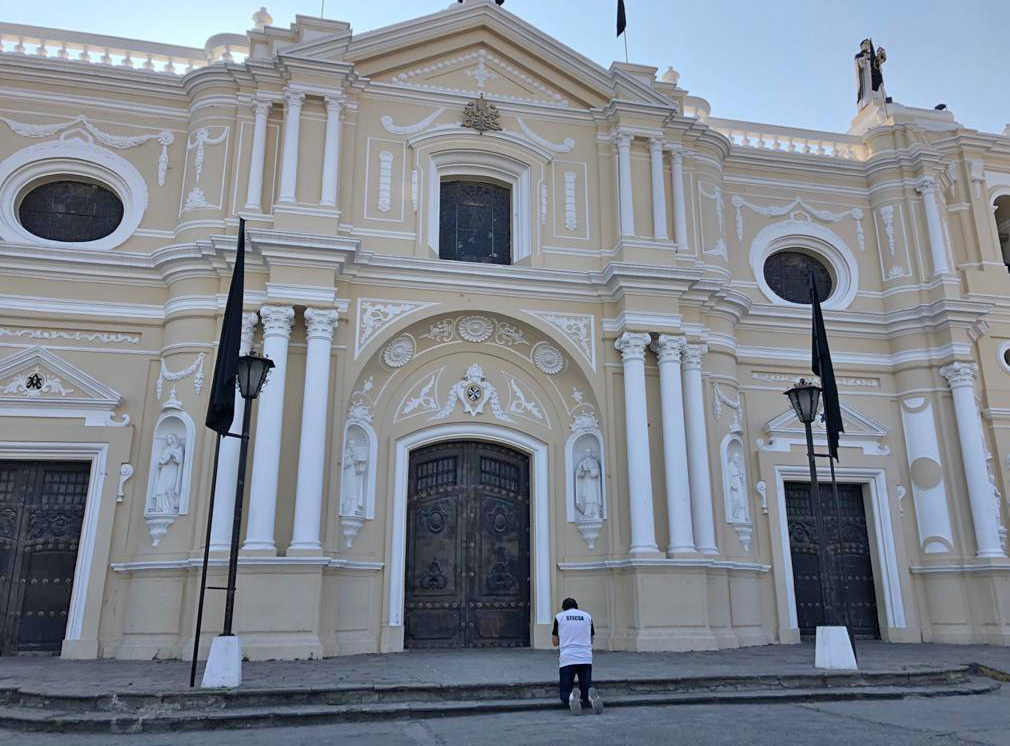 La Basílica de Nuestra Señora del Rosario es un centro de peregrinaje por lo que algunas personas aún llegan para poder rezar al frontispicio. Foto Prensa Libre: Óscar Rivas
