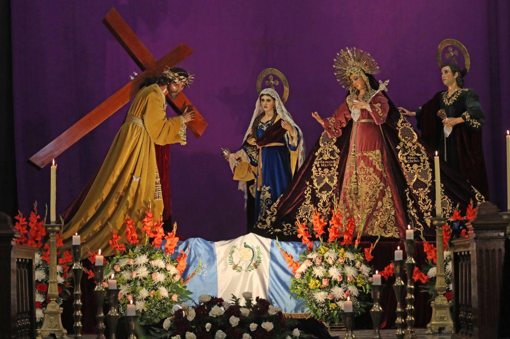 En el altar mayor estuvieron expuestos Jesús del Consuelo, María Magdalena, la Santísima Virgen María y San Juan con la bandera de Guatemala. Foto Prensa Libre: Óscar Rivas
