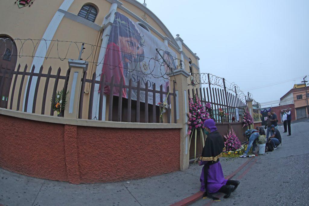 Frente al Santuario Arquidiocesano del Señor San José varios devotos llegaron desde las cuatro de la mañana, después del toque de queda. Foto Prensa Libre: Óscar Rivas