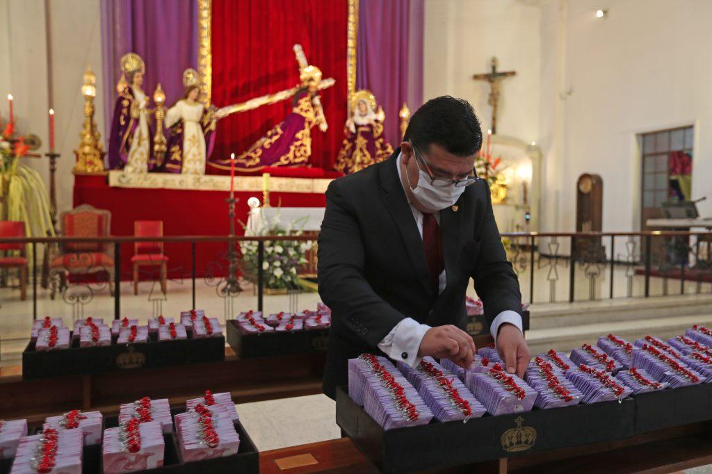 Como un agradecimiento la Asociación de Jesús Nazareno de los Milagros colocó varios turnos en las bancas para representar a la feligresía en la misa del Domingo de Ramos. Foto Prensa Libre: Óscar Rivas