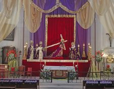 Iglesias vacías y transmisiones en vivo muestran una semana atípica en el país.