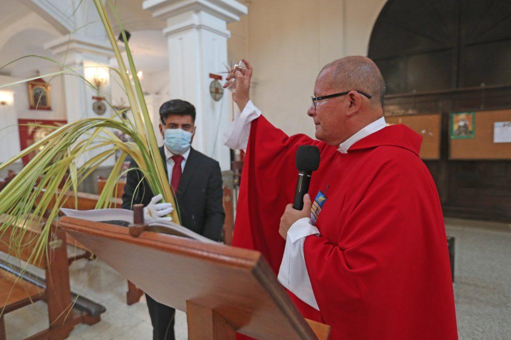 Antes de iniciar la misa y siguiendo la instrucción del Arzobispado de Guatemala, el Padre José Luis Colmenares bendijo un ramo para poder tener ceniza el Miércoles de Ceniza en 2021. Foto Prensa Libre: Óscar Rivas