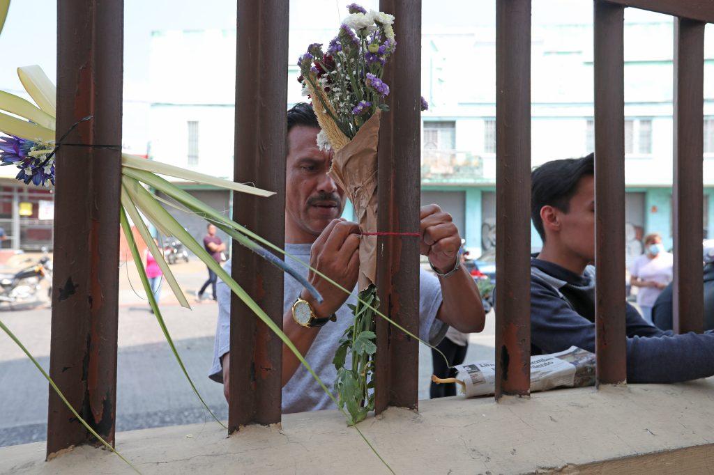 Los fieles llegaron a la iglesia y colocaron algunos ramos en los barrotes del frontispicio. Foto Prensa Libre: Óscar Rivas