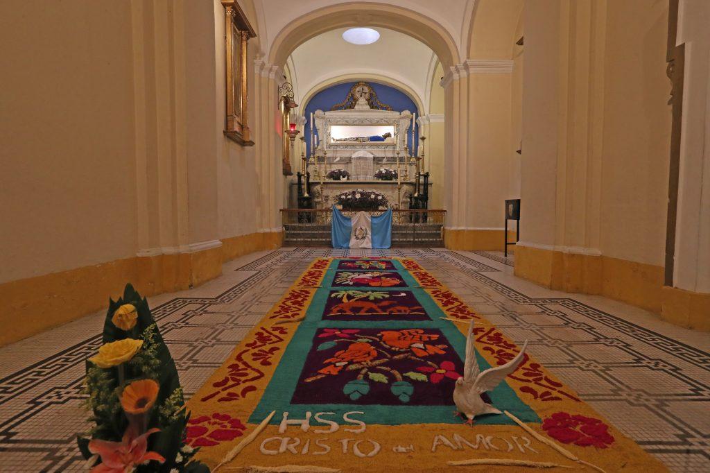 La capilla en la que se expone al Santísimo y al mismo tiempo se alberga al Cristo del Amor, la Hermandad del Señor Sepultado elaboró  una alfombra y se puso la bandera de Guatemala. Foto Prensa Libre: Óscar Rivas