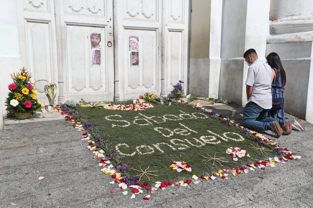 Frente a la iglesia La Recolección, zona 1, los devotos realizaron una alfombra y fueron a presentar velas y ofrendas florales debido a que el sábado se llevaría a cabo la procesión de Jesús Nazareno del Consuelo. Foto Prensa Libre: Óscar Rivas