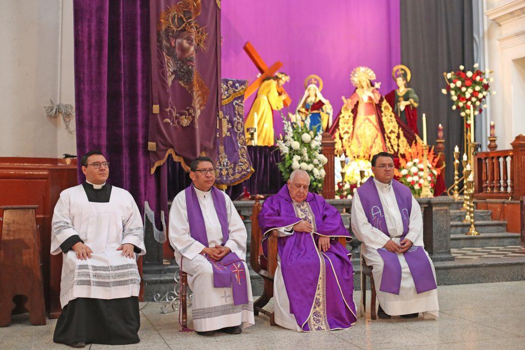 En la misa estuvieron presentes el seminarista Alexander García, el párroco Edwin Roldán, Monseñor Marco Aurelio González Iriarte y el vicario Norman Guevara. Foto Prensa Libre: Óscar Rivas