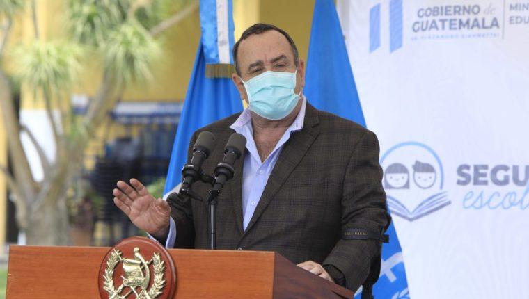 El presidente Alejandro Giammattei oficializa el seguro escolar para niños de prepirmaria y primaria. (Foto Prensa Libre: Presidencia)