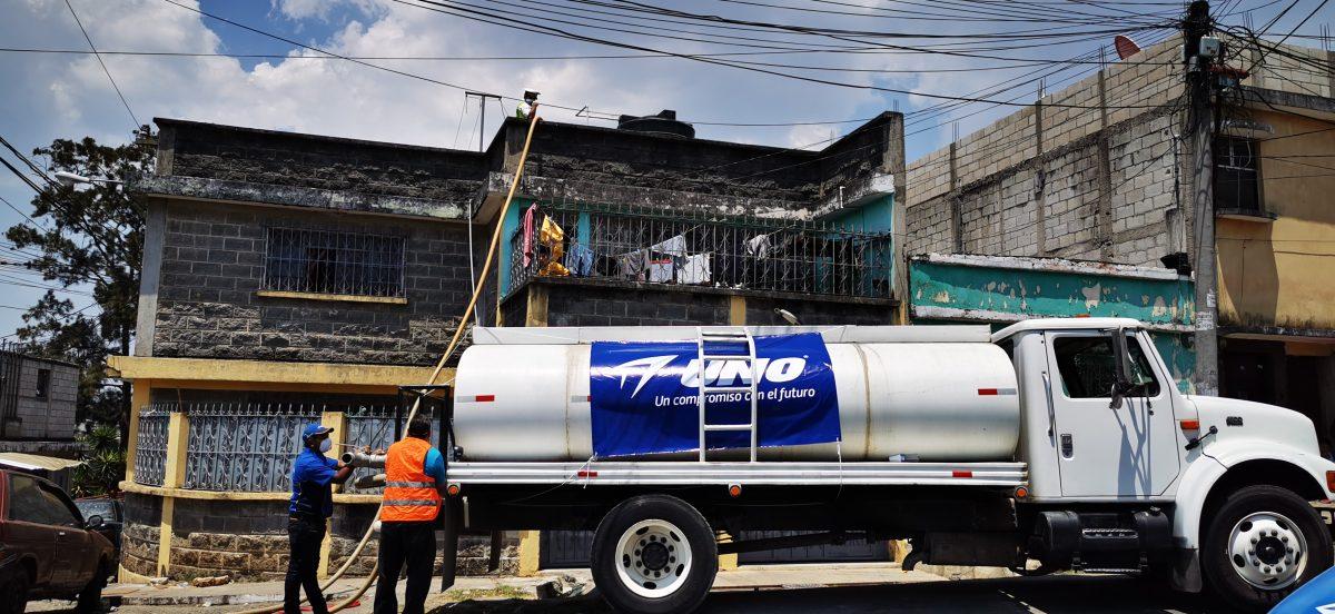 Gasolineras Uno entrega agua potable a vecinos con carencias