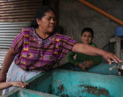 Los vecinos muestran la escasez de agua en sus viviendas. (Foto Prensa Libre: Raúl Juárez)