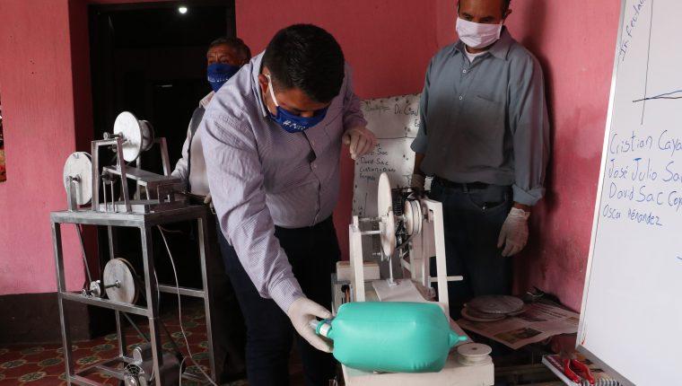 Los estudiantes han trabajado durante tres semanas en los prototipos de tres respiradores. (Foto Prensa Libre: Raúl Juárez)