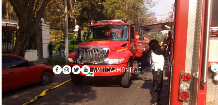 Bomberos controlan incendio en bodega del Minex. (Foto Prensa Libre: Amílcar Montejo).
