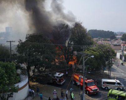 Bomberos trabajan para controlar incendio en la zona 11 de la capital. (Foto Prensa Libre:  Paula Ozaeta).