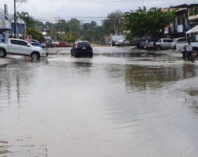 Una de las calles que permanecen inundadas en el área urbana de Puerto Barrios, Izabal. (Foto Prensa Libre: Dony Stewart)
