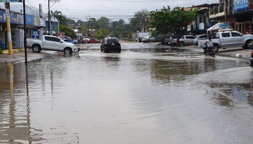 Colapso de drenajes por lluvia causa inundaciones en Puerto Barrios