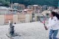 Coronavirus: El video viral de las italianas que juegan tenis desde el techo de sus casas