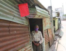 Julio Pérez del Cid vive en la colonia Nueva Jerusalén, en zona 18; y debido a la crisis colocó una bandera roja frente a su casa para pedir ayuda. (Foto Prensa Libre: Óscar Rivas)