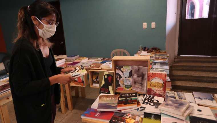 Asociación 32 Volcanes solicita incaparina o huevos para niños con desnutrición a cambio de libros.  (Foto Prensa Libre: María Longo)