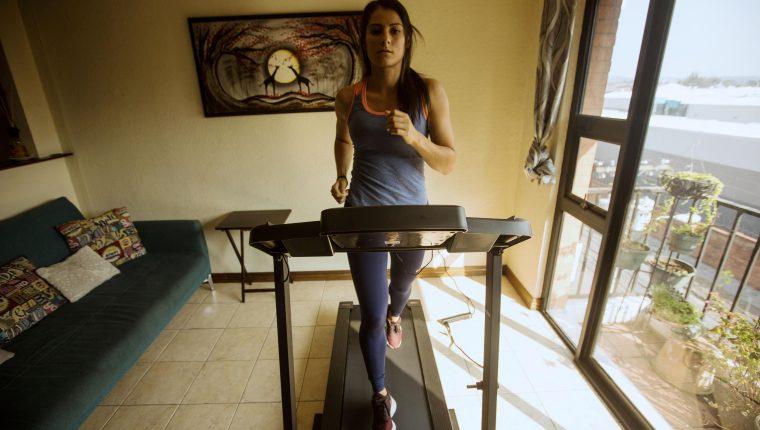 La atleta guatemalteca Thelma Fuentes entrena en su apartamento. (Foto Prensa Libre: EFE/ Esteban Biba)