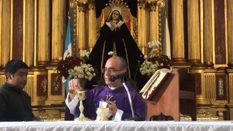 Misa de la Parroquia San José, catedral de Antigua Guatemala, transmitida en redes sociales por pandemia del coronavirus. (Foto: Captura de pantalla de Facebook)