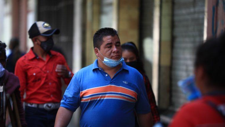 Aún este domingo 12 de abril muchas personas caminaban por el Centro Histórico sin mascarilla o portándola de una forma no adecuada. (Foto, Prensa Libre: Carlos Hernández).