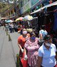 La municipalidad de San Miguel Petapa restringe el ingreso de personas sin mascarillas a mercados. (Foto Prensa Libre: Érick Ávila)