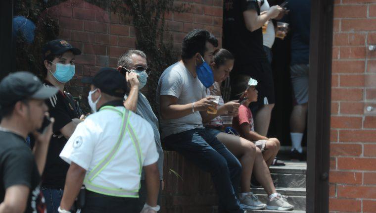 Algunas personas hacían filas en ventas de licores para abastecerse por la Ley Seca. (Foto Prensa Libre: Érick Ávila)   Fotograf'a. Erick Avila:             05/04/2020