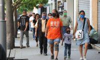Muchas de las personas si est‡n siguiendo las reglas de utilizar mascarillas en el paseo de la sexta avenida de la zona 1 por lo del coronavirus.   Fotograf'a. Erick Avila:             08/04/2020