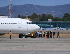 Ingreso a Guatemala de un vuelo con migrantes adultos deportados de Estados Unidos, en marzo último. (Foto Prensa Libre: Hemeroteca PL)
