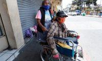 Graciela de Cano y Juan Antonio Cano, personas de la tercera edad, desde ma–ana ya no podr‡n entrar al mercado central, por  nueva disposici—n presidencial que personas de 60 a–os en adelante se queden en casa para protegerse del coronavirus.        Fotograf'a  Esbin Garcia 13-04-2020
