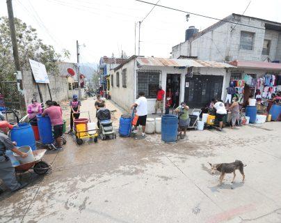 En la Colonia Santa Faz zona 6, vecinos sufren de la falta de agua. Fotografía Prensa Libre: Erick Avila