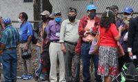 Muchas personas llegan comedor solidario en la zona 11 donde les regalan comida en la mayor'a utilizan sus mascarillas para evitar el contagio del CORONAVIRUS.   Fotograf'a. Erick Avila:              17/04/2020