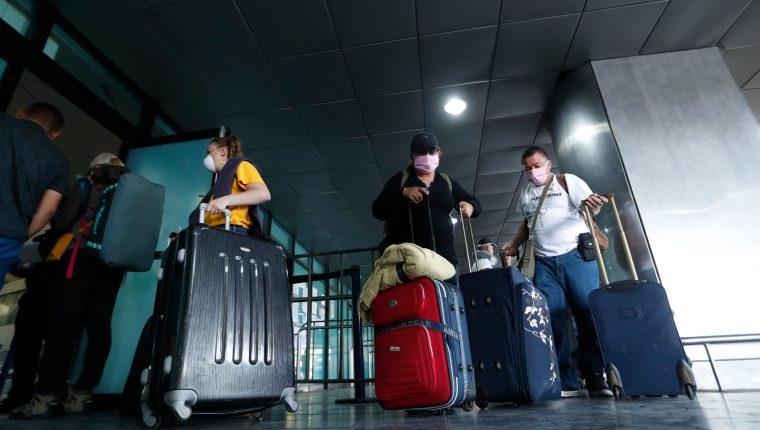 Estados Unidos sí ha efectuado vuelos humanitarios hacia su país. En la imagen un grupo de turistas de ese país ingresa al Aeropuerto La Aurora para partir de regreso a su país. (Foto Prensa Libre: Hemeroteca PL)
