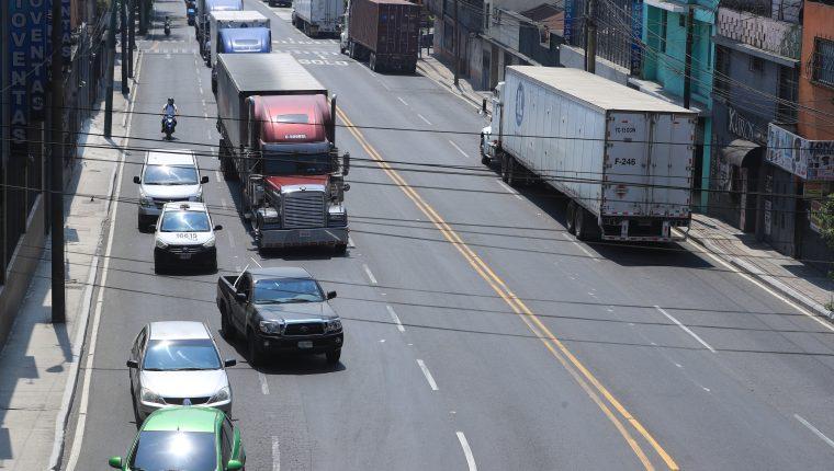 Minutos antes de que inicie el toque de queda el tránsito se complica en las principales vías de la capital. (Foto Prensa Libre: Hemeroteca PL)