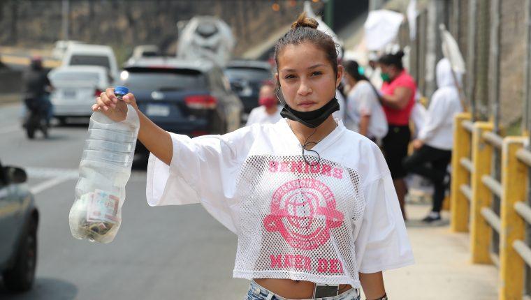 Cada vez son más personas las que claman por ayuda económica, después de que fueron impactadas por la crisis del coronavirus. (Foto Prensa Libre: Hemeroteca PL)
