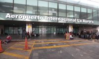 El tráfico aéreo hacia Guatemala continúa suspendido, a excepción de algunos vuelos con deportaos. En la imagen la entrada al aeropuerto La Aurora. (Foto Prensa Libre: Hemeroteca PL)