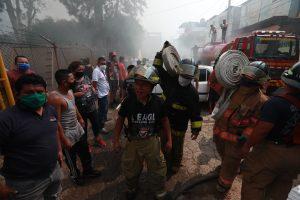 Varias líneas de mangueras fueron llevadas por los cuerpos bomberiles que trabajaron en el lugar. Foto Prensa Libre: Óscar Rivas