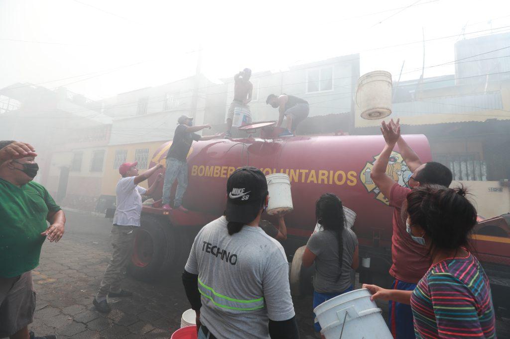 Varias pipas de agua fueron movilizadas por ambos cuerpos de socorro. Foto Prensa Libre: Óscar Rivas