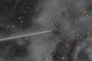 Los bomberos bajaron por varios lugares para eliminar los focos de incendio. Foto Prensa Libre: Óscar Rivas