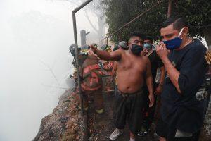 Los vecinos de las viviendas cercanas dijeron que alertaron a las autoridades cuando el humo llegó hasta la colonia Bethania en la zona 7. Foto Prensa Libre: Óscar Rivas