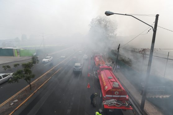 Bomberos Municipales y Voluntarios llegaron al barranco de la colonia Madre Dormida y asentamiento Las Jacarandas donde combatieron un incendio de grandes proporiones. Foto Prensa Libre: Óscar Rivas