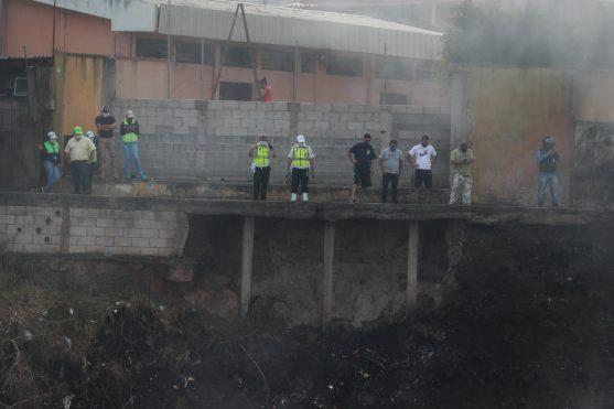 Algunos curiosos llegaron al lugar para observar el incendio y el trabajo de los bomberos. Foto Prensa Libre: Óscar Rivas