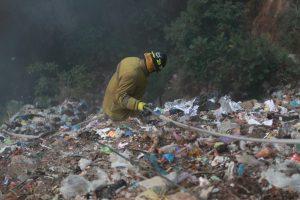 Varios bomberos bajaron por el lado del anillo periférico para poder llegar al fondo del barranco. Foto Prensa Libre: Óscar Rivas