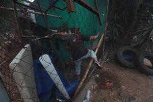 Los vecinos rompieron las mallas metálicas para poder llegar de nuevo a sus viviendas. Foto Prensa Libre: Óscar Rivas