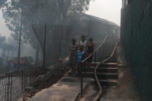 Varios vecinos huían de las columnas de humo que se esparcían por las calles. Foto Prensa Libre: Óscar Rivas