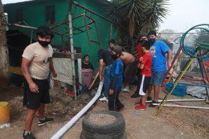 Por último los vecinos recolectaron el agua de las mangueras porque en el lugar no tienen  ese servicio desde hace semanas, indicaron. Foto Prensa Libre: Óscar Rivas